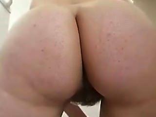 Limpiando la cocina desnuda