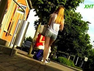 Hermosa chica en pantalones cortos piernas delgadas