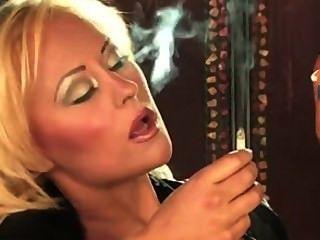 Fetiche de fumar rubia