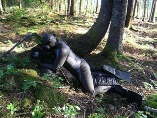 En una escena de fantasía un hombre rana joroba a un villano ficticio en el bosque