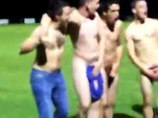Equipo de rugby se desnuda en el campo después de una victoria para mostrar el espíritu de equipo