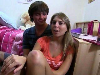 Dos chicas rubias disfrutando de amor en la cama
