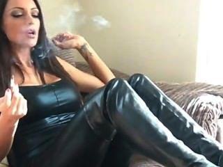 Fumadora sexy, botas de cuero