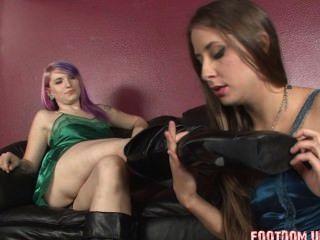 Botas de cuero lesbianas lamiendo