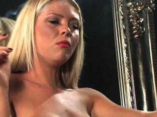 Jessika topless en la cadena de las medias que fuma todo el blanco 100s