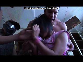 Mujer atrapada y follada en una casa abandonada