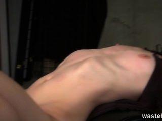 Ginger dominatrix tiene una esclava sexual rubia para jugar con