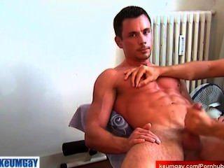 Mi entrenador deportivo se acicaló su polla por mí para un video porno.