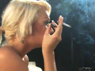 Simone toon fumar 1