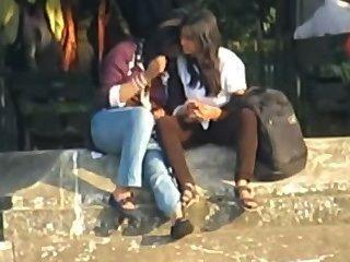 Las lesbianas indias smooch públicamente