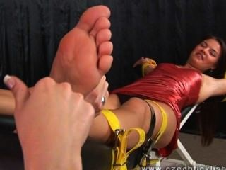 Cosquillas torturadas con uñas largas