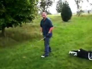 (© © ©) golfista muestra su erección después de perder su juego en un atrevimiento