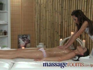 Salas de masaje grasa lesbianas diversión conduce a gritos de alegría de tribbing acción