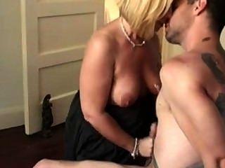 Un milf chorros para su joven amante caliente