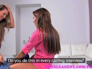 Agente femenino.Belleza bisexual en el casting sensual sensual de las lesbianas