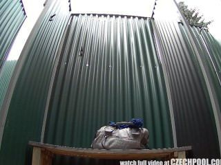 Czech morena cámara escondida en la piscina pública