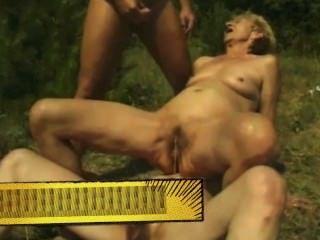Abuelas feas pissing al aire libre por satyriasiss