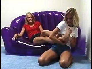 Amigos cosquilleando los pies