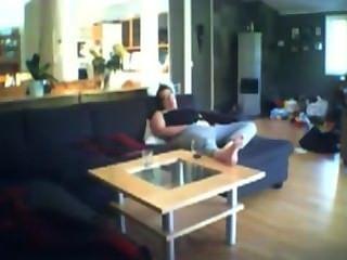 Voyeuring milf jenny digitación en el sofá