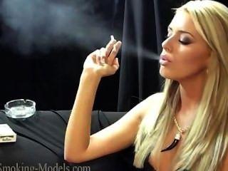 Simone fumando