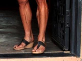 Músculo milf kris flexiona su cuerpo erótico, veiny en ropa apretada