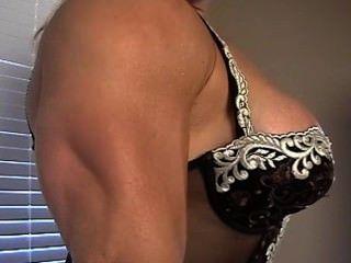 Hermosa busty músculo diosa colette flexiona en encaje