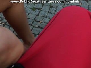 Sexy rubia recogida en un terraplén y follada públicamente