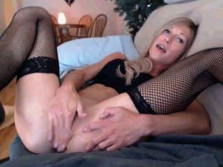 Chica rubia delgada juega con el culo y el coño