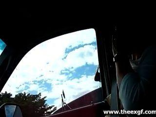 Conducir con sus tetas hacia fuera