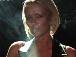 Lucy zara fumar fetiche en cuero
