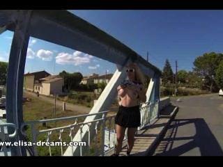 Destellando mis enormes tetas en público en un puente