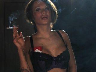 Becky fuma