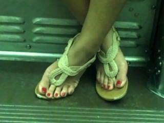 Sincero asiático sexy pies en el tren