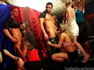Pollitos sucios del partido chupan pollas en la orgía del club