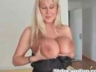 Rubia madura con tetas grandes en webcam