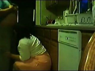 Dona de casa abrindo una perninha y levando pica no pé de la pia da cozinha