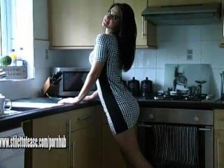 Nena caliente con piernas encantadoras teases en stilettos altos y nylons sedosos