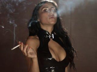 Fumar sophie lleva polainas apretadas atractivas del látex y tapa