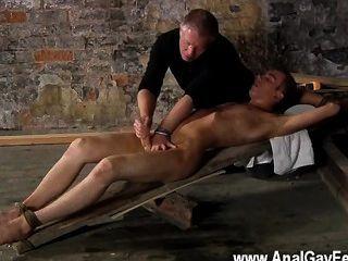 Orgía gay hay mucho que sebastian kane le encanta hacer a su cautivo