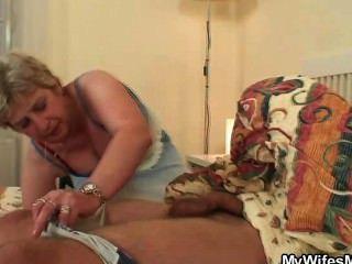 Su esposa lo encuentra golpeando a la suegra!