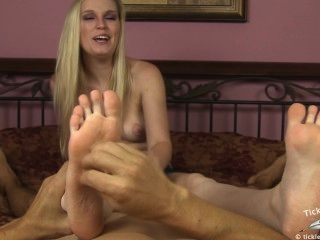 Amanda sacude mientras hace cosquillas en sus pies
