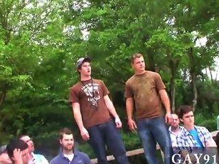 Hombres sexy los tres ganadores obtienen sus recompensas en el establo de caballos, y