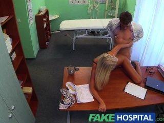 Fakehospital médicos sexy rubia ovulación esposa entra en su oficina