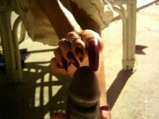 Uñas largas de los dedos del pie negro