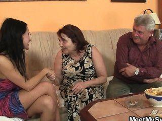 Padres viejos la follan mientras él se va