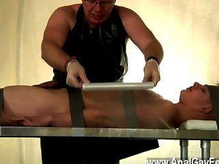 Escena caliente gay escotada twink drenado de