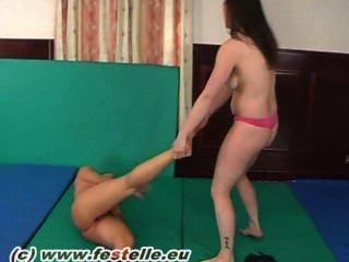 Lesbianas descalzo lucha libre 4