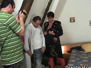 Photosession con la abuela lleva a trío