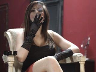 Charlotte que fuma en guantes y medias negros