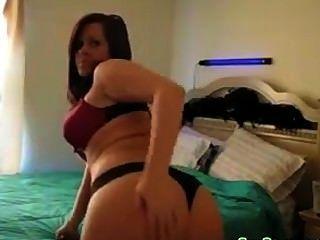 Chica caliente stripping y agitando su culo al84